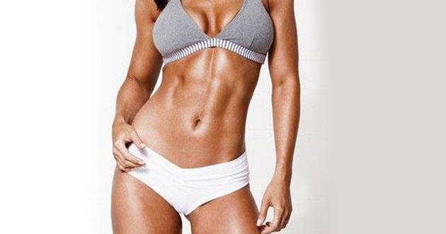 Femeie cu abdomen si corp fit