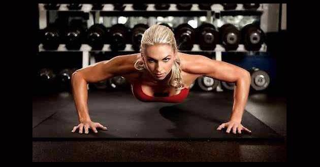 O femeie care face flotari- Antrenament cu greutati