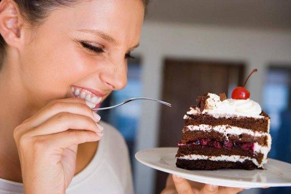devojka jede tortu
