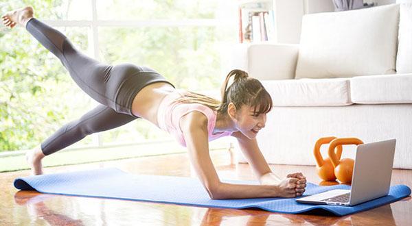 Yoga Acasa cu Nico direct in Sufragerie