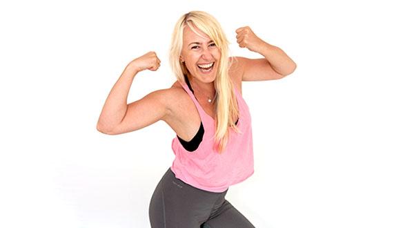 femeie blonda acre zambeste si se incordeaza la exercitii cardio pentru acasa
